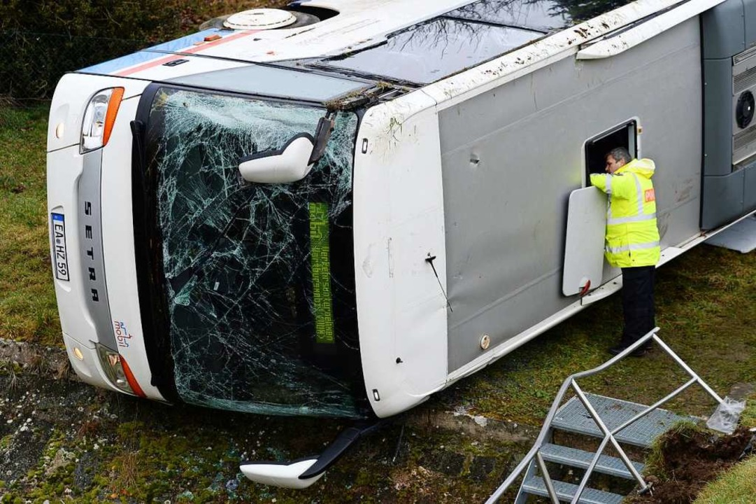 Bei Eisenach in Thüringen verunglückte...en auf eisglatter Straße ein Schulbus.  | Foto: Swen Pförtner (dpa)