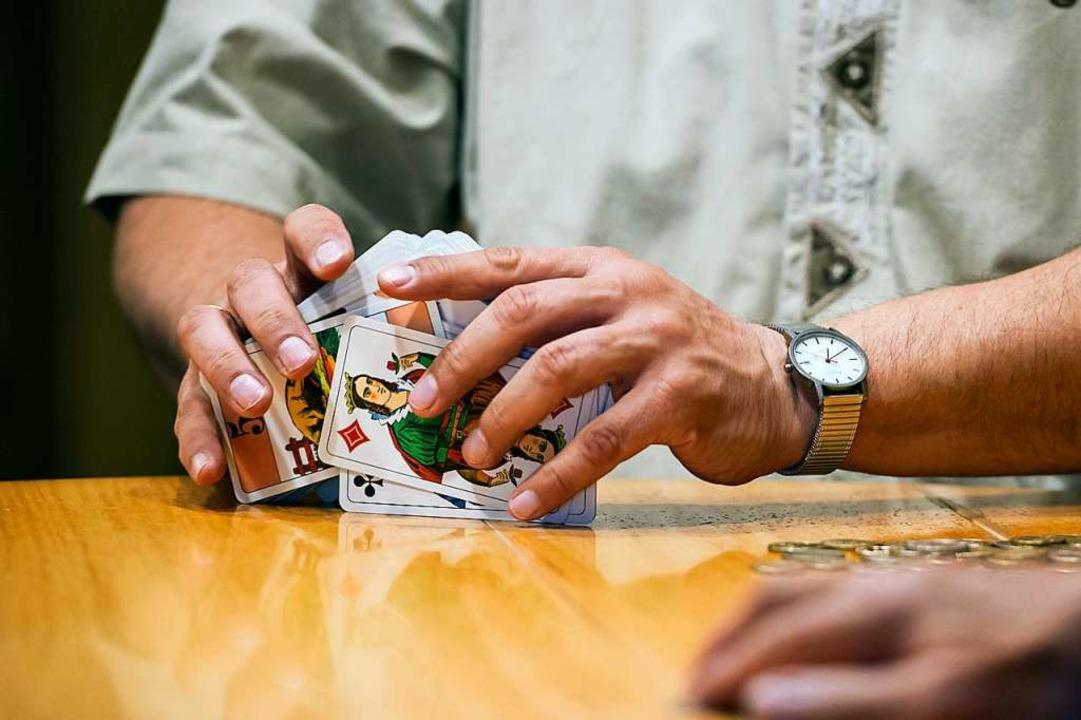 Sogar das Cego-Kartenspiel kann bei der VHS erlernt werden.    Foto: Daniel Schoenen