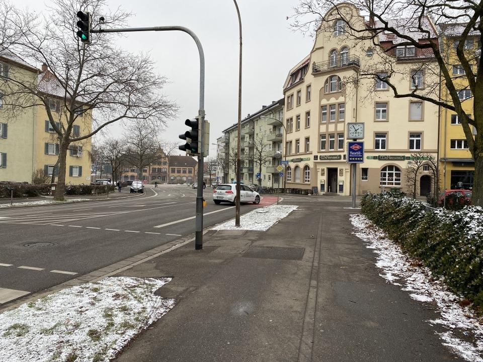 Ein Lkw übersah beim Abbiegen in den R...ch einen parallel fahrenden Radfahrer.  | Foto: Anika Maldacker