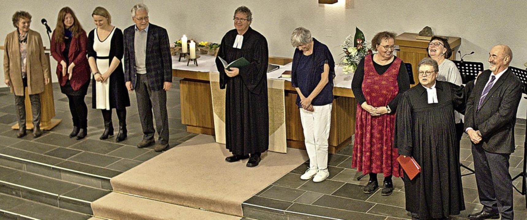 Pfarrer Peter Hasenbrink (Zweiter von ...s) stellt den Kirchengemeinderat vor.   | Foto: Privat