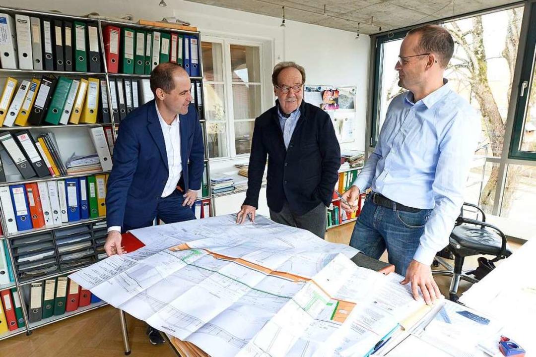 Das Wichtigste ist Stabilität: Jan Chr...te) und Roland Lüders studieren Pläne.  | Foto: Ingo Schneider