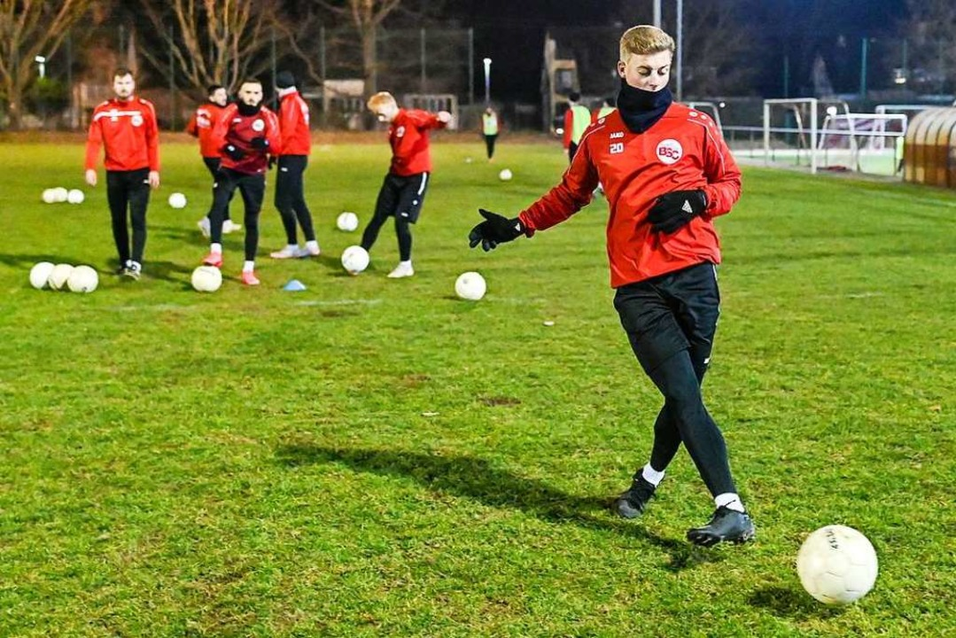 Immer mit Ball: Bahlinger Spieler bei ...Trainingsplatz des Kaiserstuhlstadions  | Foto: Patrick Seeger