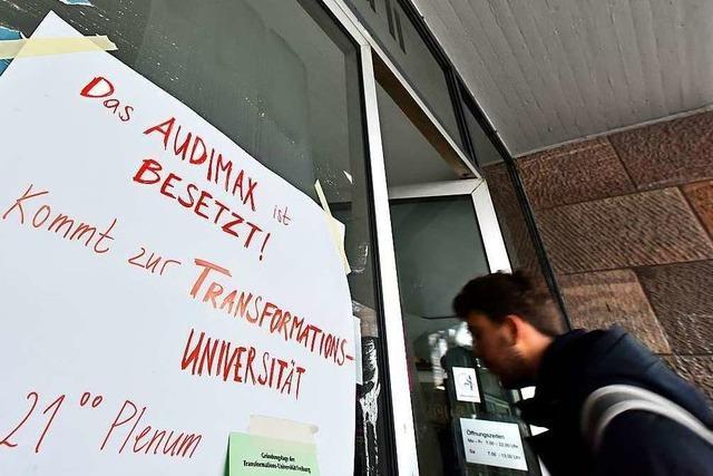 Sitzkreis gegen das System: Die Uni-Besetzer stoßen auch auf Kritik