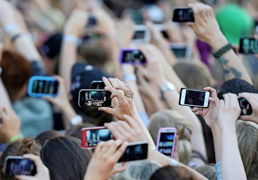 Erst fotografieren, dann an Freunde un... eine Art des mobilen Datenverbrauchs.  | Foto: Malte Christians