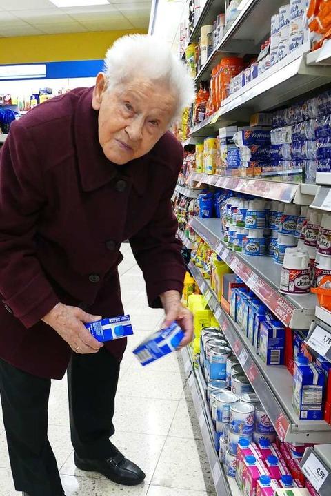 Elisabeth Bischoff (97 Jahre) beim Einkaufen<ppp></ppp>  | Foto: ia