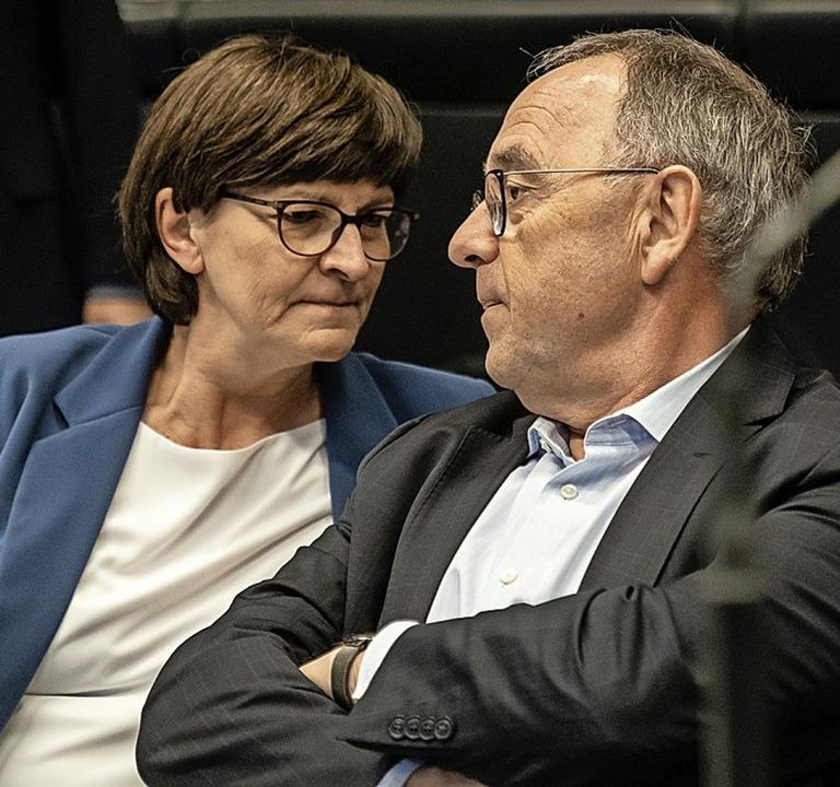 Im Zweifel neue Schulden machen, forde...skia Esken und Norbert Walter-Borjans.  | Foto: Michael Kappeler (dpa)