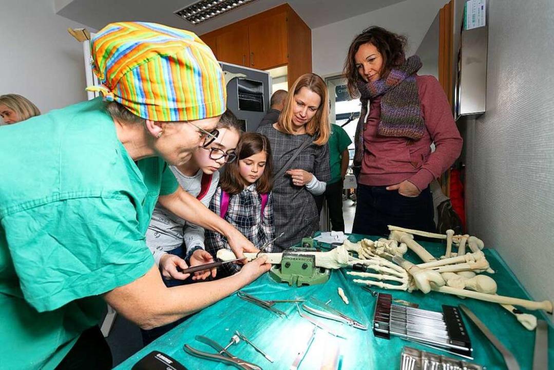Medizin zum Anfassen und Ausprobieren ...ung und Alt, hier die Kinderchirurgie.    Foto: Kreiskliniken