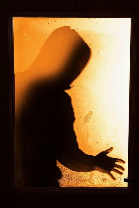 Der unbekannte Angreifer wird als männ...d jugendlich beschrieben (Symbolfoto).  | Foto: Nicolas Armer