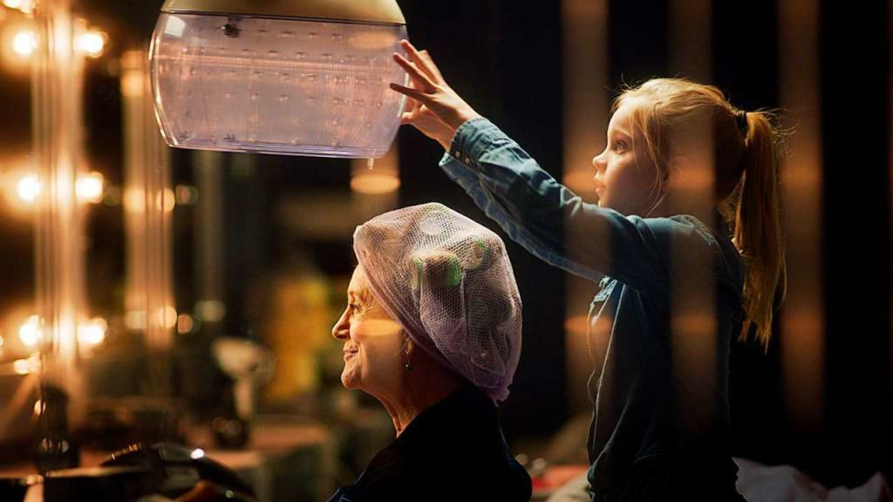 Vertauschte Rollen: Romy (Vita Heijmen...ssen) in deren Friseursalon die Haare.  | Foto: Farbfilm Verleih
