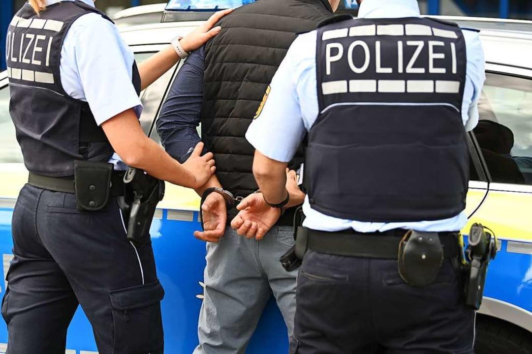 Die Polizei nahm den Mann mit aufs Revier.  | Foto: Jonas Hirt
