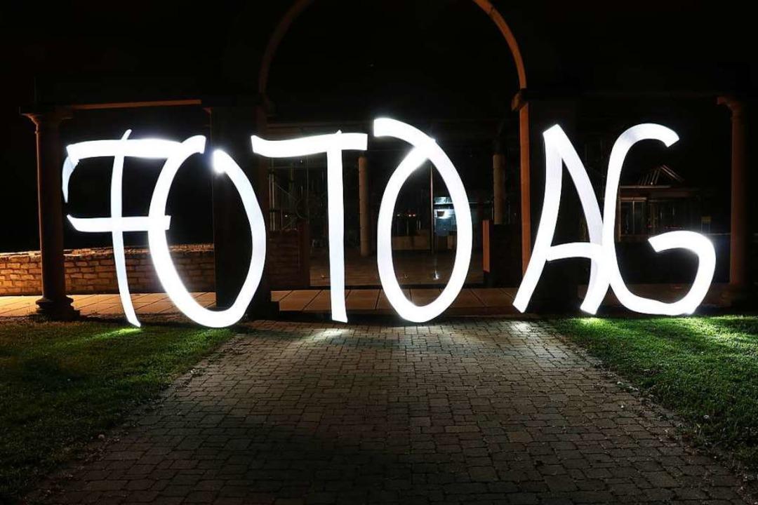 In der Realität ist es nur eine Bewegu...8220; aber schließlich den Schriftzug.  | Foto: Lightpainting-Gruppe Foto AG Ehrenkirchen