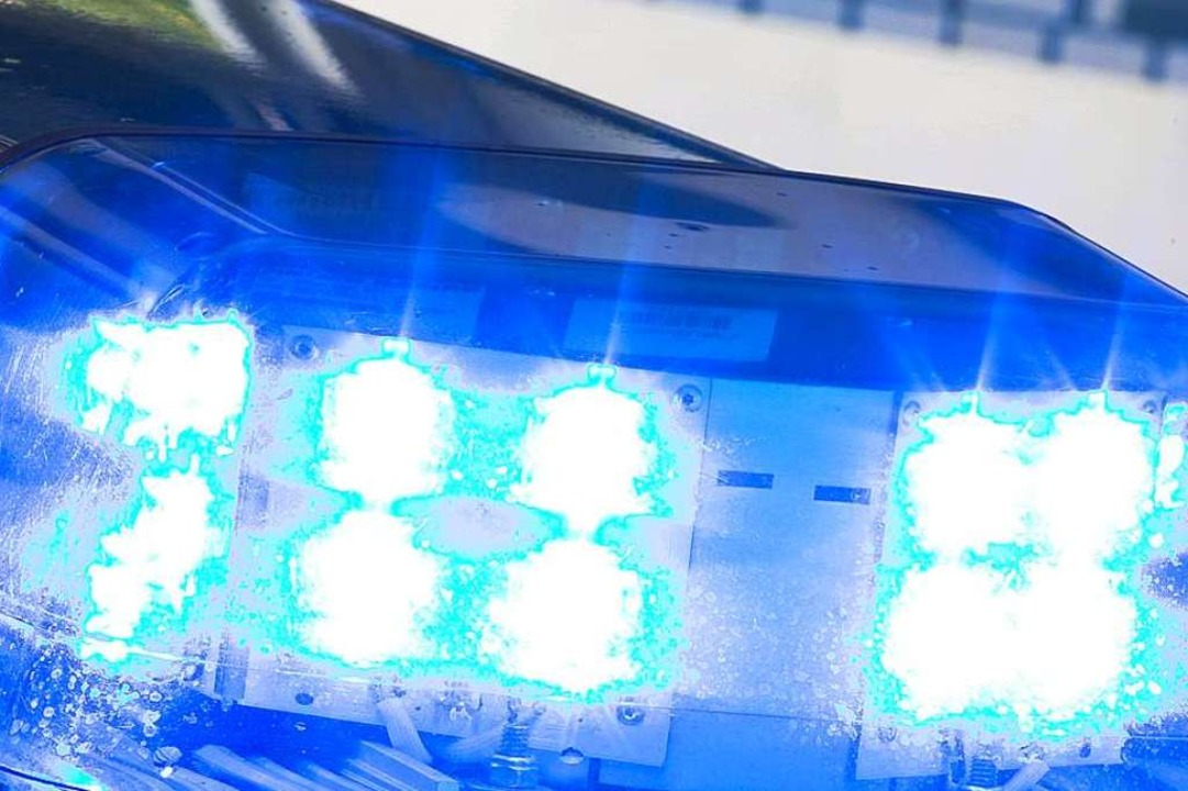 Schwer verletzt wurde in Teningen ein ...er – die Polizei war im Einsatz.  | Foto: Friso Gentsch (dpa)