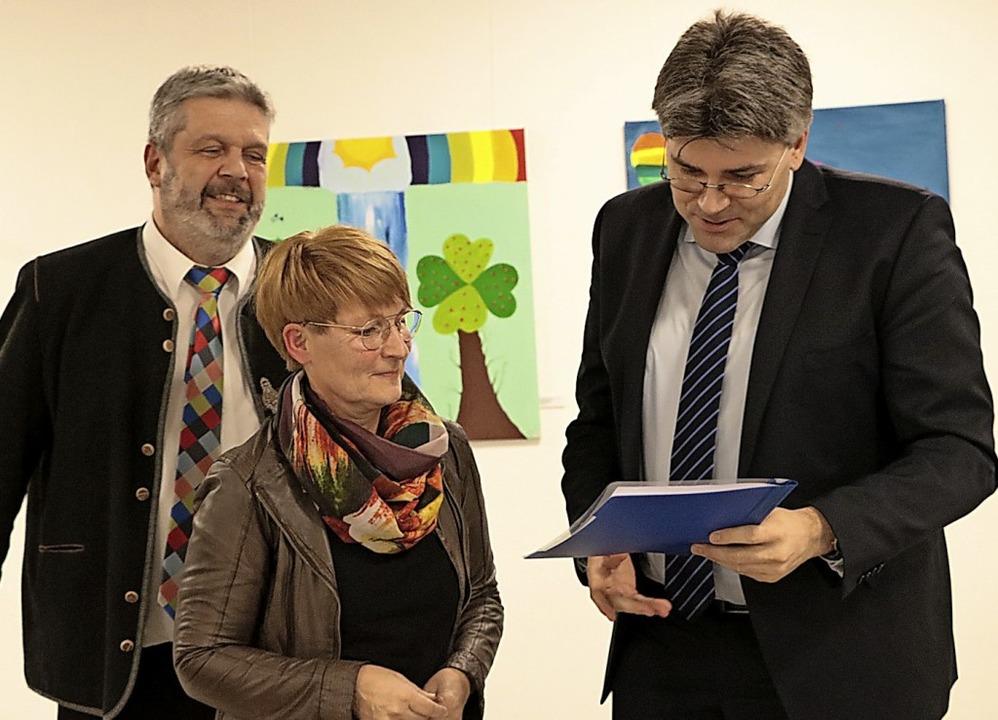 Susanne Kirchschlager übergibt die Unt...der politische Unterstützung  zusagt.   | Foto: Martha Weishaar