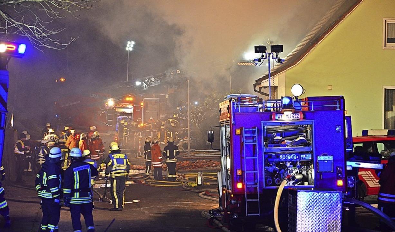 Die Bonndorfer Feuerwehr war mit allen...erwehrfrau hat sich dadurch verletzt.   | Foto: Juliane Kühnemund