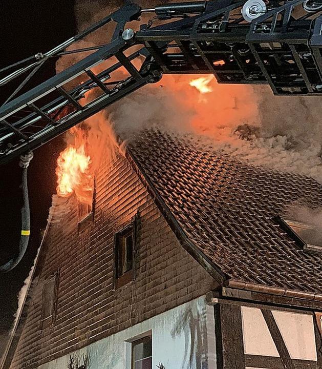 Beim Eintreffen der Feuerwehr stand da... Fachwerkhaus bereits voll in Flammen.  | Foto: BZ