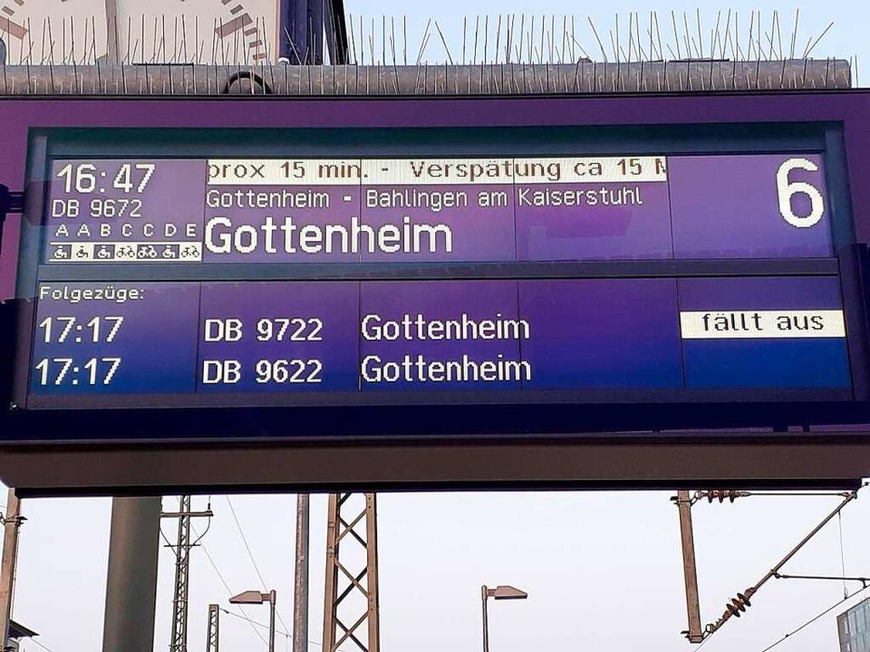 Zug fällt aus: Solche Anzeigen sehen S-Bahn-Fahrgäste seit Wochen allzu häufig.  | Foto: Gabriele Diehr