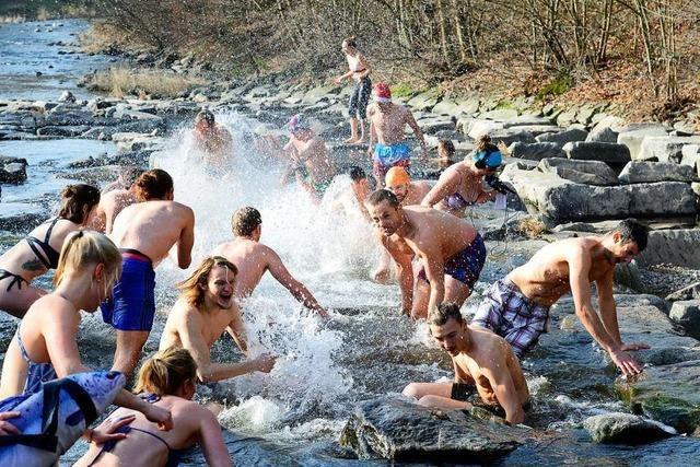 Freiburger Sportstudierende eröffnen Badesaison 2020 in der Dreisam