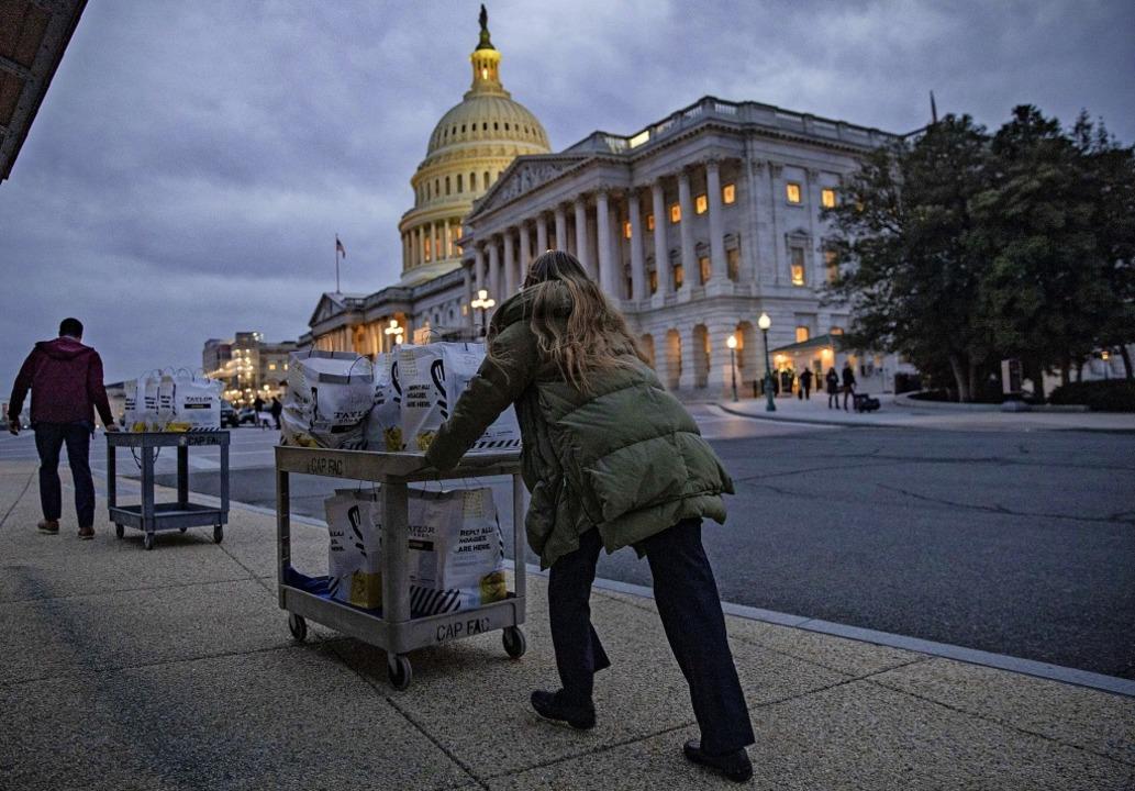 Proviant für die Teilnehmer des Amtsen...ngsprozesses wird zum Capitol gekarrt.  | Foto: Samuel Corum (AFP)