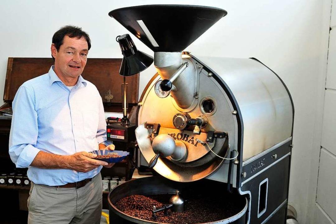 Geschäftsführer Jochen Peter zeigt an ...onsmaschine, wie Kaffee geröstet wird.    Foto: Thomas Kunz