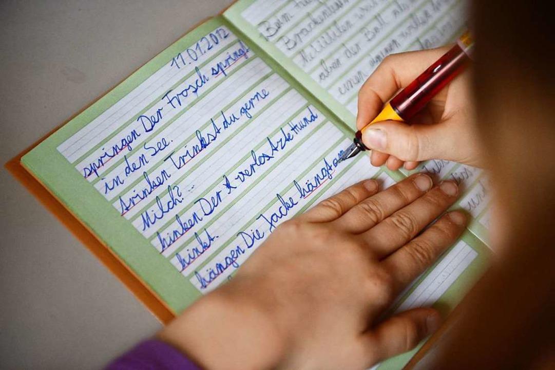 Diktate, Texte abschreiben, Texte selb...e Rechtschreibung keine leichte Sache.  | Foto: Jens Kalaene