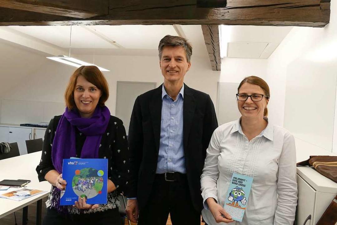 VHS-Leiterin Katrin Nuiro, Kursleiter ...von links) stellten die Kursreihe vor.  | Foto: Susanne Filz