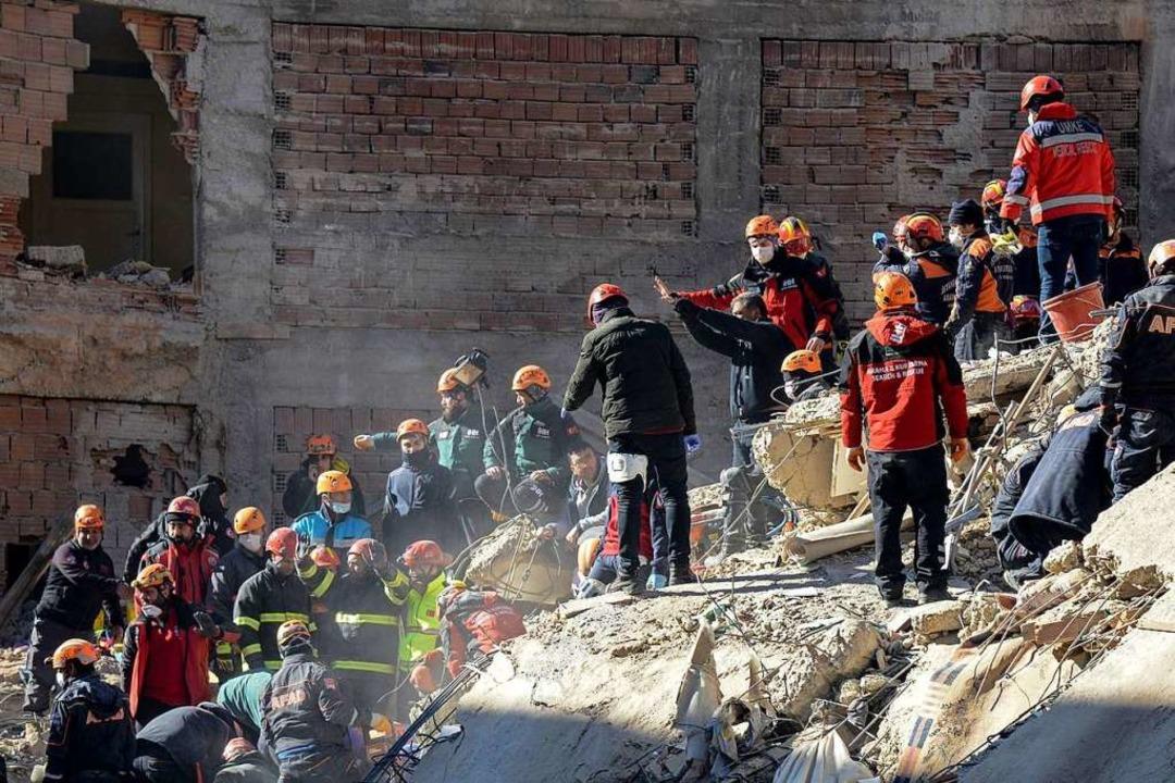 Am Samstag suchten Notfallkräfte nach ...ebenden unter den zerstörten Gebäuden.  | Foto: ILYAS AKENGIN (AFP)