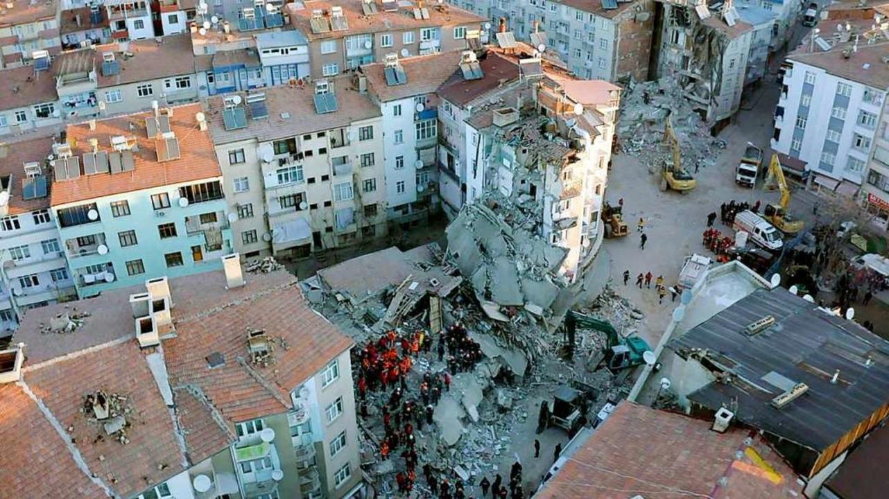 Mehr als 1000 Menschen wurden bei dem ...t, hier ein zerstörtes Haus in Elazig.  | Foto: - (AFP)