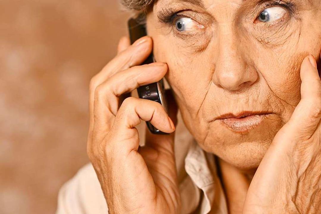 Am Telefon setzen die Betrüger als &#8...ioren unter Druck. Das hat oft Erfolg.  | Foto: aletia2011 - stock.adobe.com