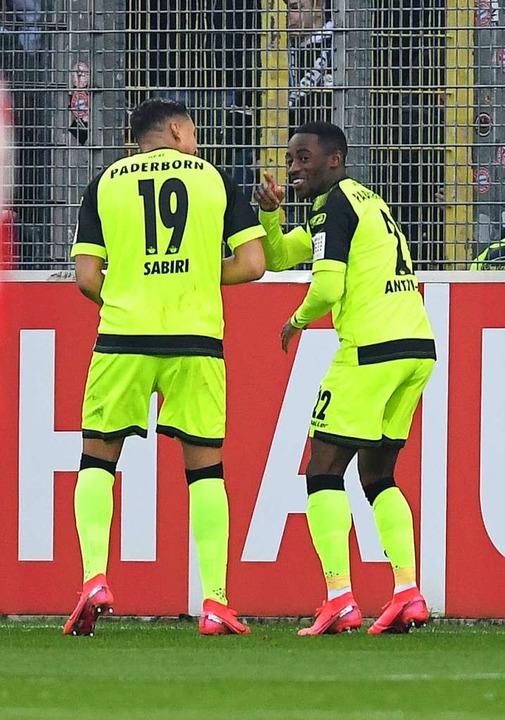 Die Paderborner bejubeln ihren Treffer.    Foto: Patrick Seeger (dpa)