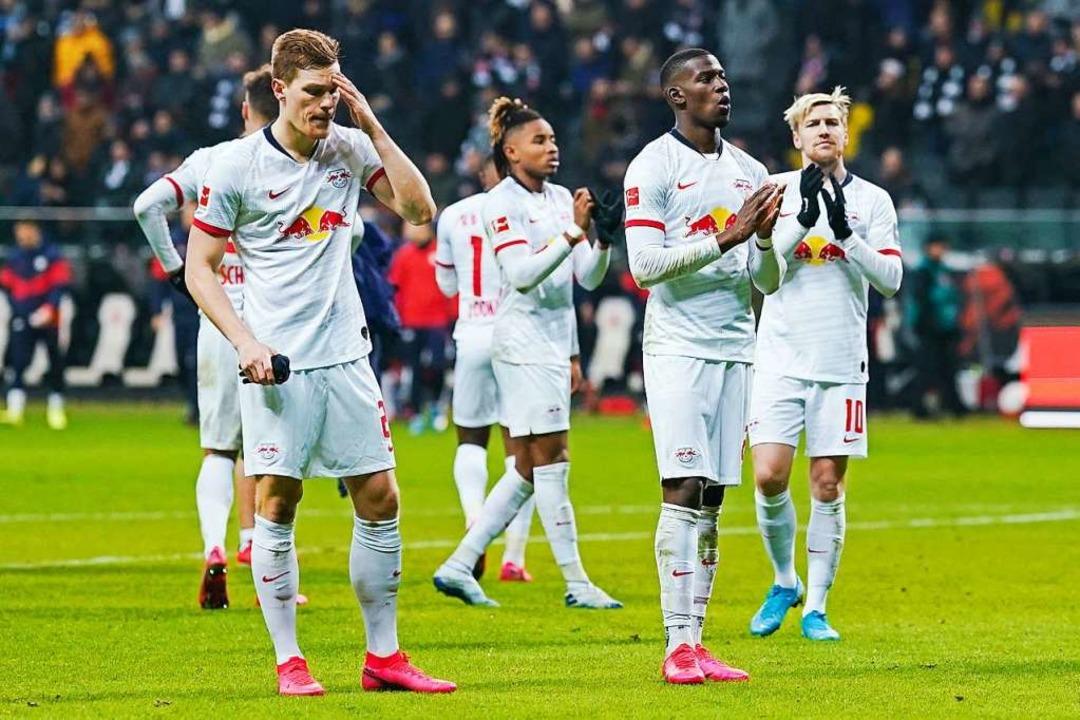Die Leipziger Spieler nach dem Abpfiff.    Foto: Uwe Anspach (dpa)