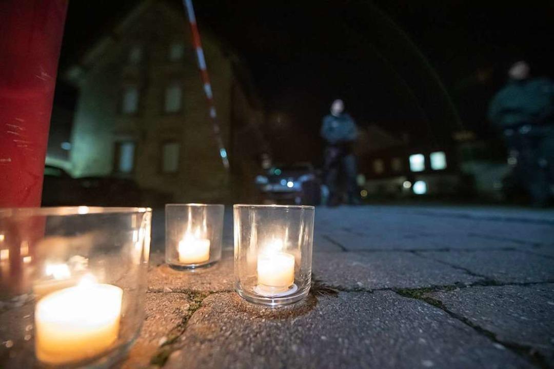 Nach Schüssen in Rot am See im Nordost...Menschen Kerzen am Tatort aufgestellt.  | Foto: Tom Weller (dpa)