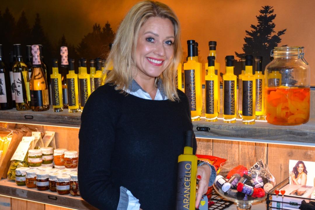Cornelia Huber präsentiert ihre Liköre...tefrischen Orangen hergestellt wurden.    Foto: Gabriele Hennicke