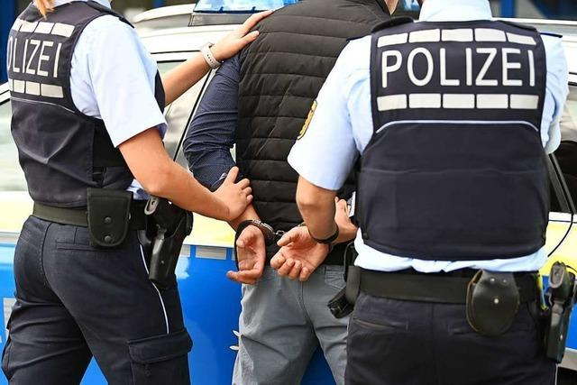 Alkoholisierter Mann verletzt zwei Polizisten