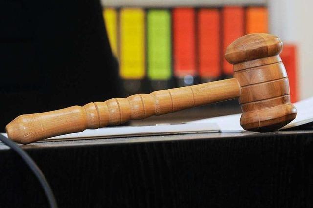 Automechaniker beleidigt Ex-Partnerin – sie verzeiht ihm vor Gericht