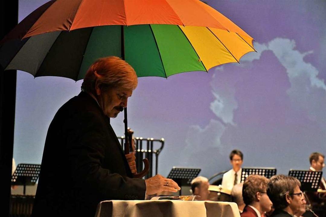 Dirigent Ulrich Winzer hatte vorsorglich den Regenschirm dabei.  | Foto: Barbara Ruda