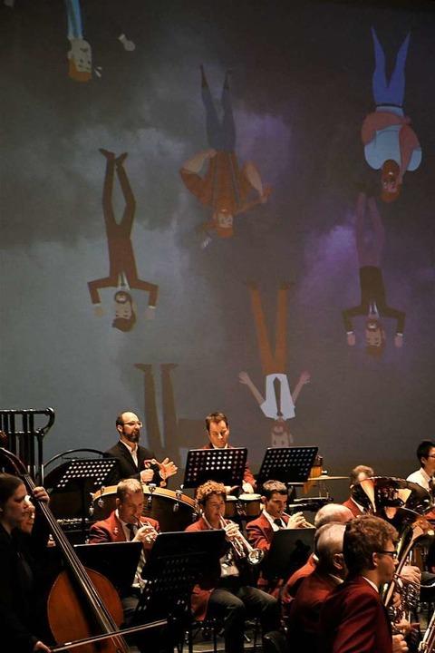 Erstmals wurde das Konzert des Aktivor...gehend mit großen Bildern illustriert.  | Foto: Barbara Ruda