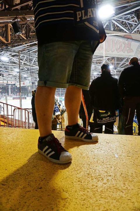 Hartgesottene Fans in der Eishalle    Foto: Joshua Kocher