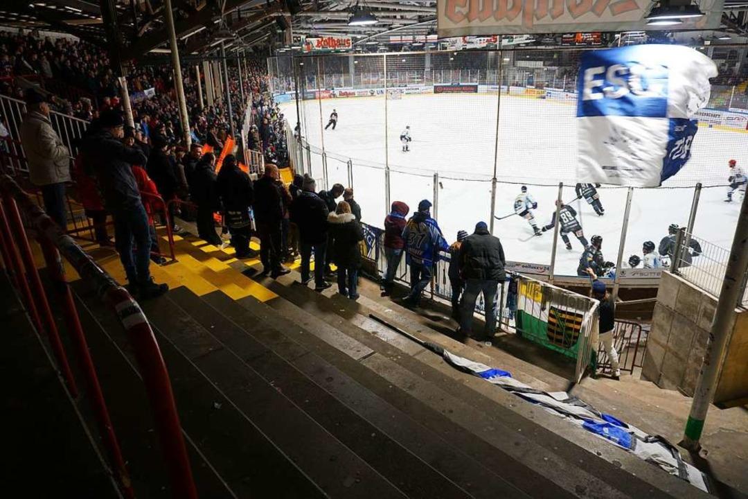 Da wär noch Platz: rund 20 Dresdner Fans im Gästeblock    Foto: Joshua Kocher