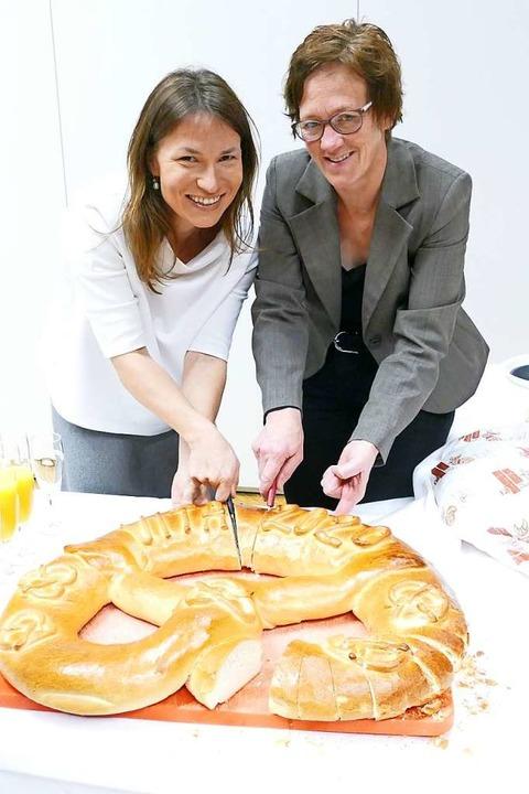 Bürgermeisterin Meike Folkerts und Nik...der Vita  beim Anschneiden der Brezel.  | Foto: Tanja Bury