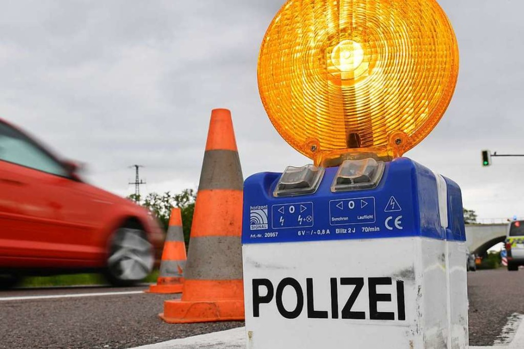 Symbolbild: Die Verkehrspolizei Freibu...serbischen Lkw aus dem Verkehr gezogen  | Foto: Hendrik Schmidt (dpa)