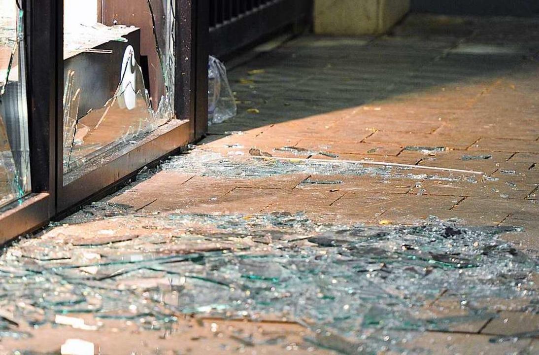 Eine Scheibe zu einem Unterrichtsraum wurde eingeschmissen (Symbolbild).  | Foto: Marc Müller