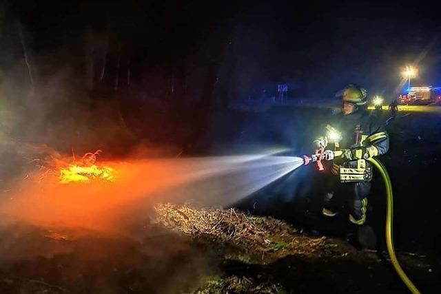 Feuerwehr löscht Flächenbrand bei Rothaus
