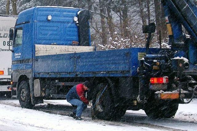 Verkehrszeichen weisen Lastwagen auf Schneekettenpflicht auf der B 31 hin
