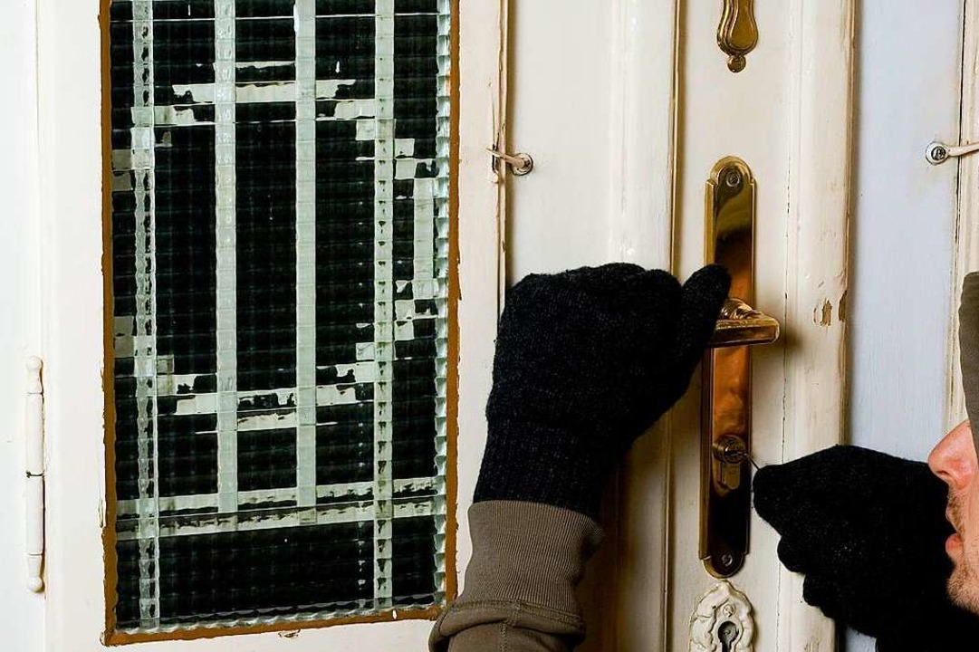 Über eine Tür gelangten die Einbrecher ins Gebäude (Symbolbild).  | Foto: benik.at - stock.adobe.com