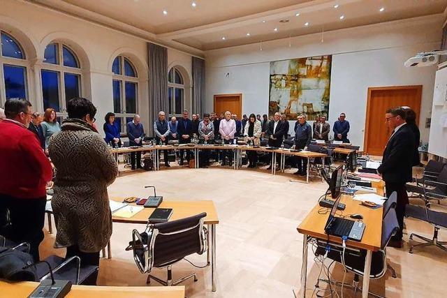Der Lahrer Gemeinderat gedenkt der Opfer – OB Markus Ibert fordert mediale Zurückhaltung