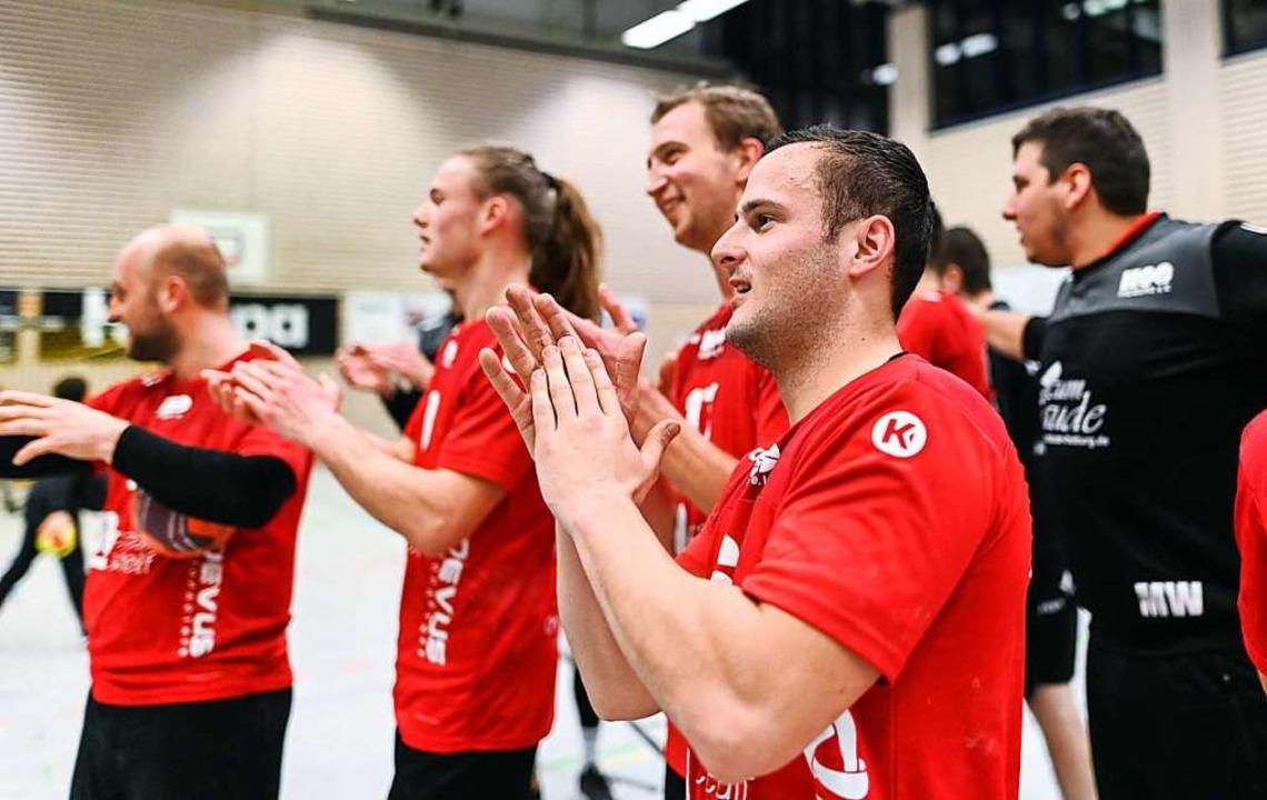 Die HSG-Spieler bedanken sich für die Unterstützung ihrer Fans.  | Foto: Patrick Seeger