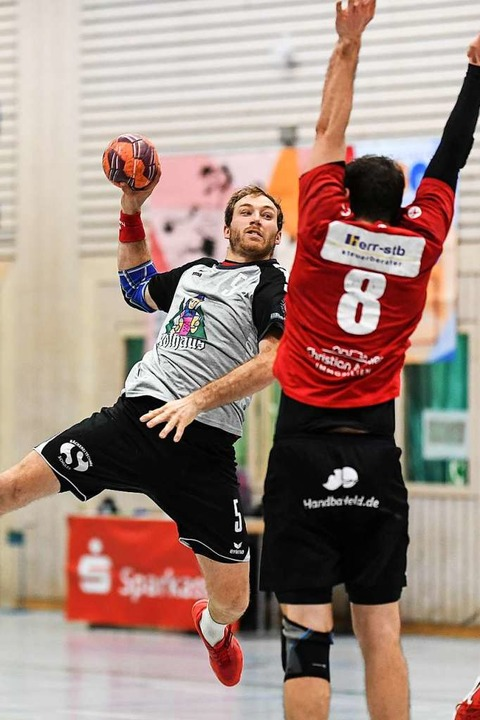 TuS-Spieler Dominik Köbele gegen den Freiburger Block  | Foto: Patrick Seeger