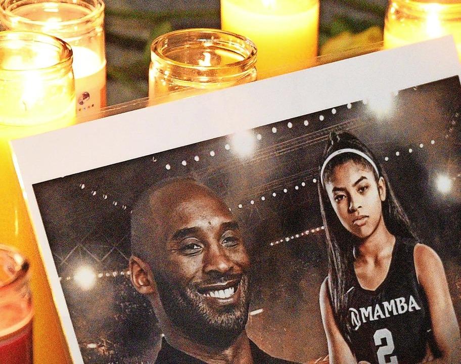 Mit Kerzen  erinnern Fans an Kobe Bryant.  | Foto: Michael Tullberg (AFP)
