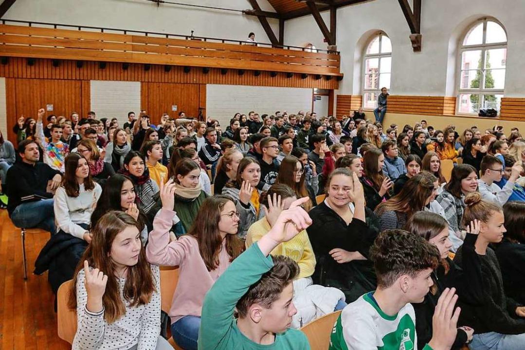 Per Handzeichen sollten die Schülerinn... welche Lieder sie für rechts hielten.  | Foto: Sandra Decoux-Kone