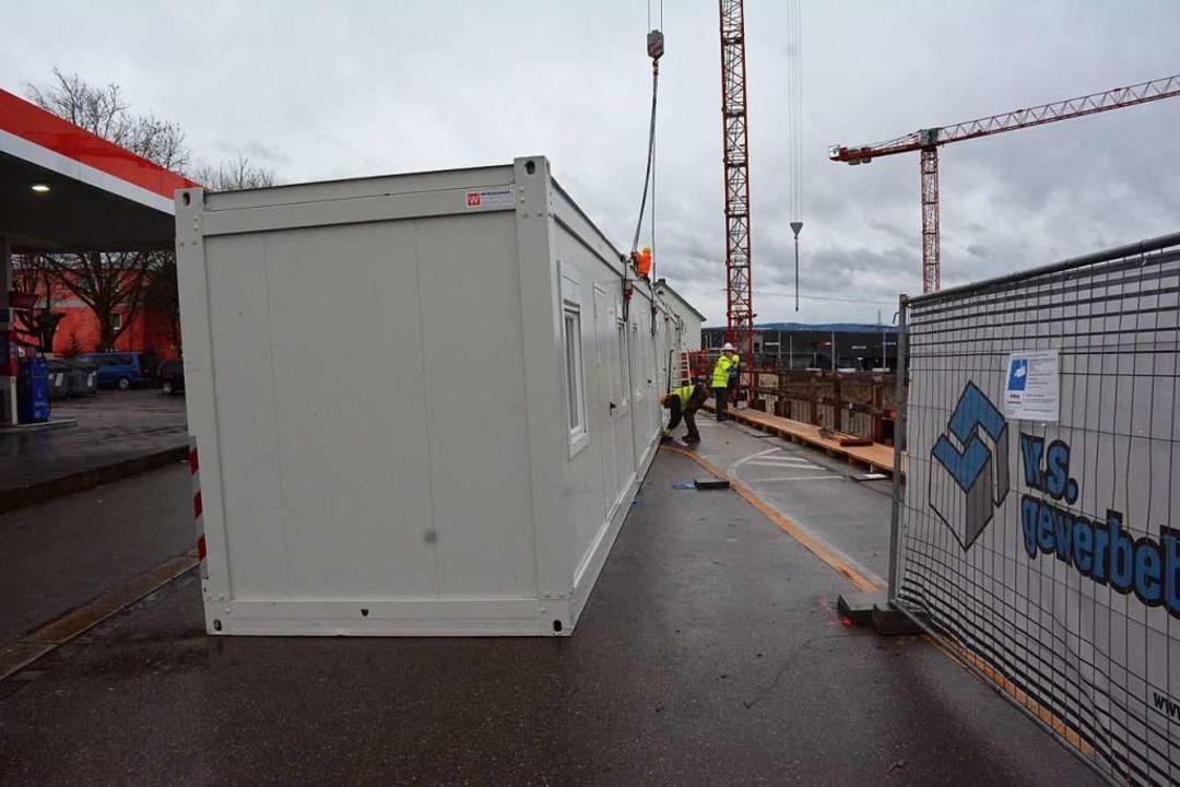 Mit Kranen, die auf der Baustelle mont...hren vorgesehenen Platz zurückgehoben.  | Foto: Hannes Lauber